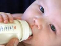 Baby-met-flesvoeding
